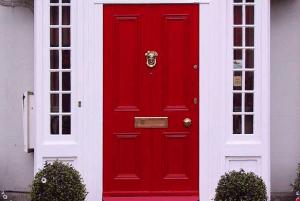 Червена входна врата