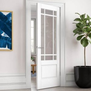 Бяла остъклена интериорна врата